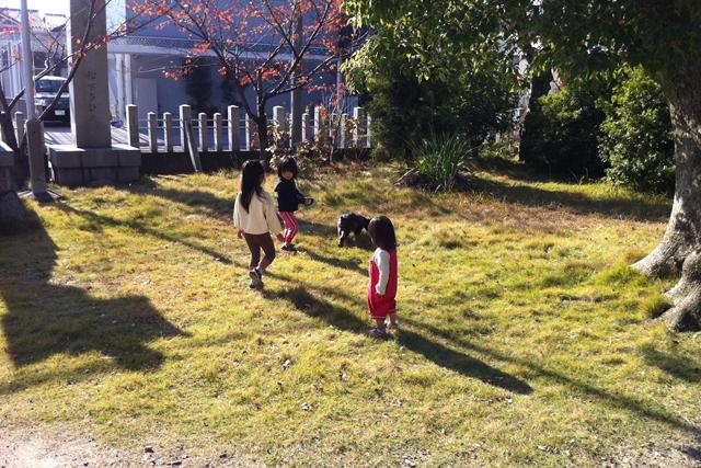子供たちと散歩するエース @iPhone